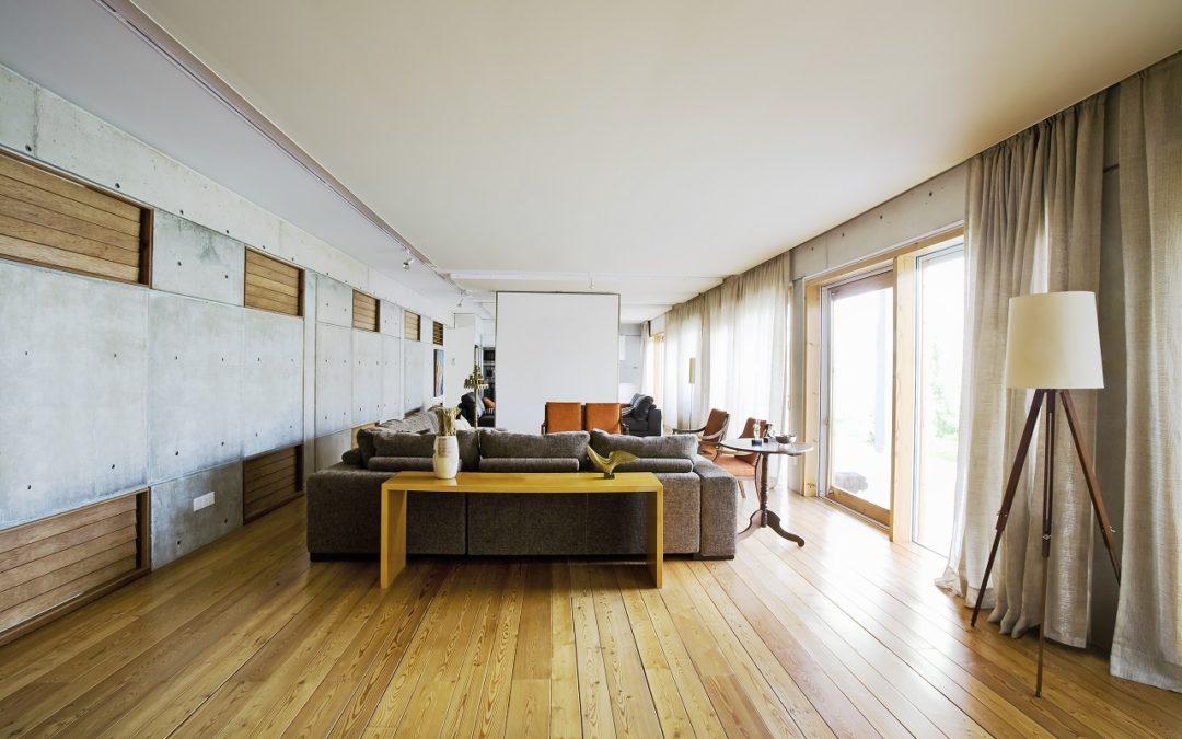 Panele winylowe czy posadzka mineralna ‒ co sprawdzi się lepiej na podłodze w domu?
