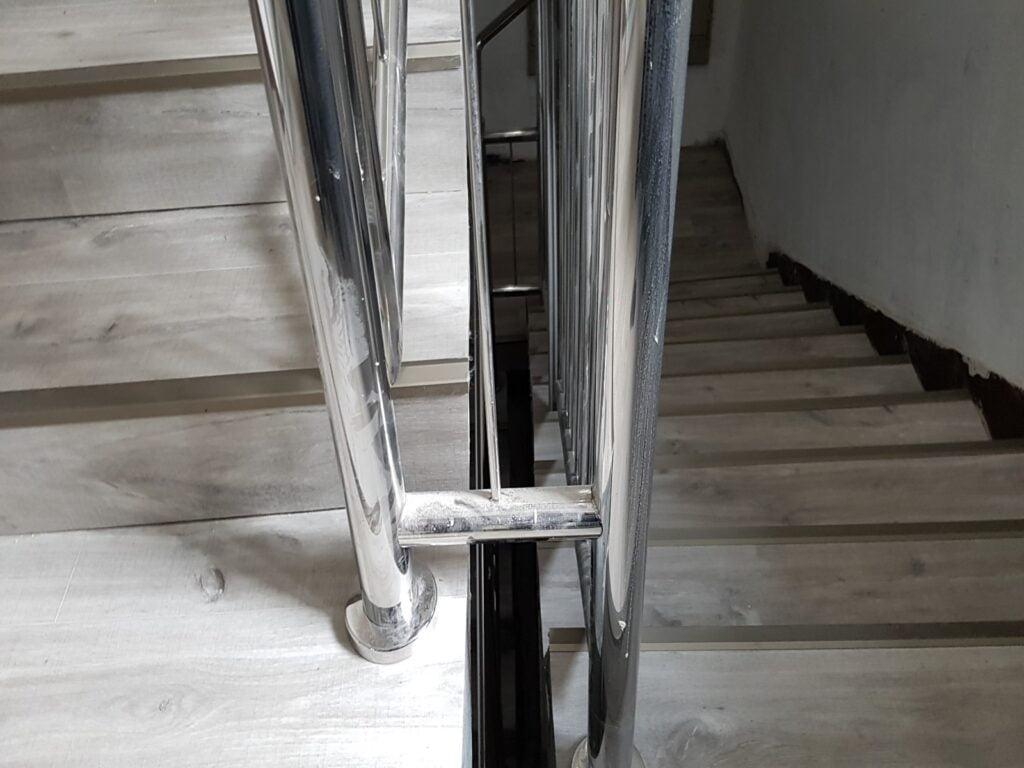 Konsorcjum Ochrony Kopalń – Zabrze. Naprawa podłoża i montaż posadzki z paneli winylowych na klatce schodowej i korytarzach 3