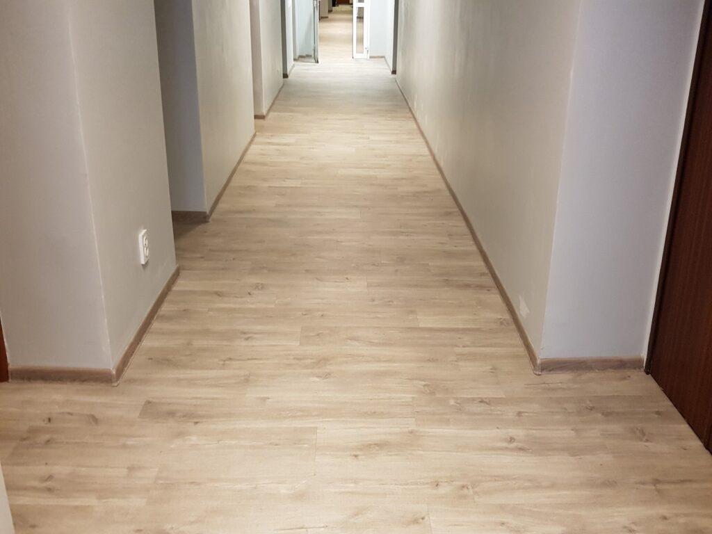 Konsorcjum Ochrony Kopalń – Zabrze. Naprawa podłoża i montaż posadzki z paneli winylowych na klatce schodowej i korytarzach 2