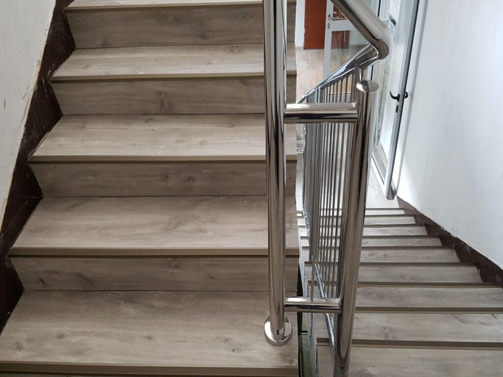 Konsorcjum Ochrony Kopalń – Zabrze. Naprawa podłoża i montaż posadzki z paneli winylowych na klatce schodowej i korytarzach 4