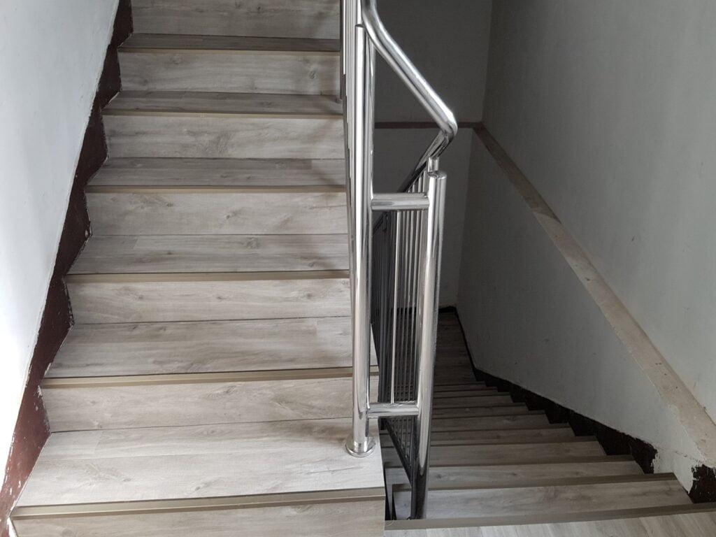 Konsorcjum Ochrony Kopalń – Zabrze. Naprawa podłoża i montaż posadzki z paneli winylowych na klatce schodowej i korytarzach 1