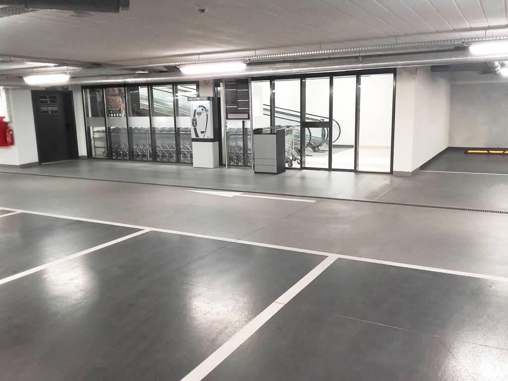 Posadzka żywiczna kolorowa w garażu podziemnym w Zakopanem 10